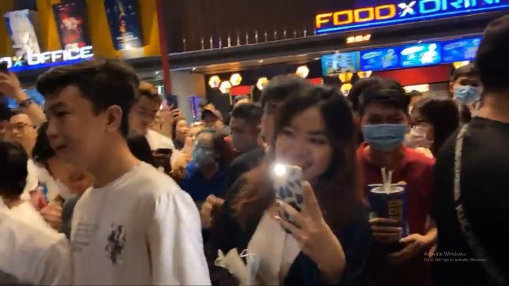 Hàng trăm khán giả vây kín Lý Hải tại rạp chiếu 'Lật mặt: 48H': Người Việt ủng hộ phim Việt! Ảnh 2
