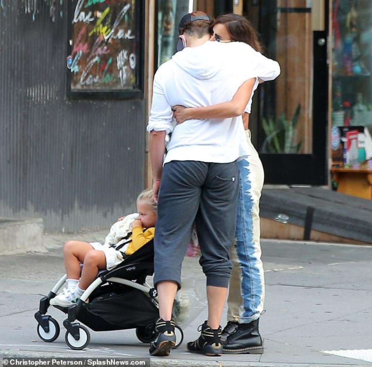 Irina Shayk diện áo phông in hình Britney Spears đi chơi cùng con gái cưng Ảnh 8