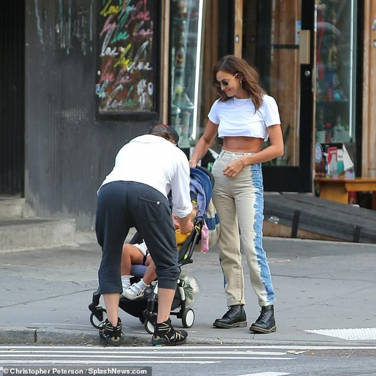 Irina Shayk diện áo phông in hình Britney Spears đi chơi cùng con gái cưng Ảnh 6