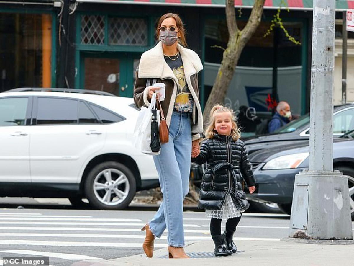 Irina Shayk diện áo phông in hình Britney Spears đi chơi cùng con gái cưng Ảnh 2
