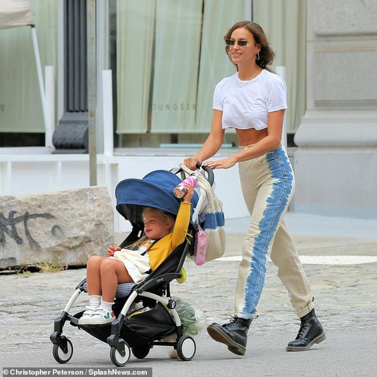 Irina Shayk diện áo phông in hình Britney Spears đi chơi cùng con gái cưng Ảnh 7