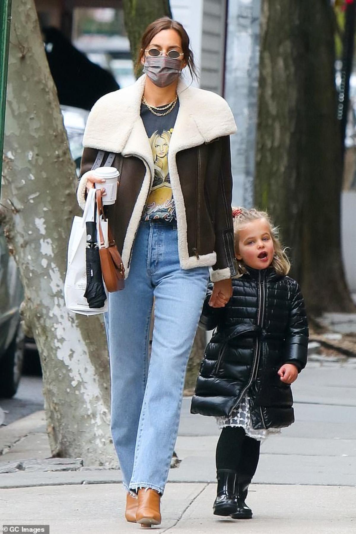 Irina Shayk diện áo phông in hình Britney Spears đi chơi cùng con gái cưng Ảnh 1