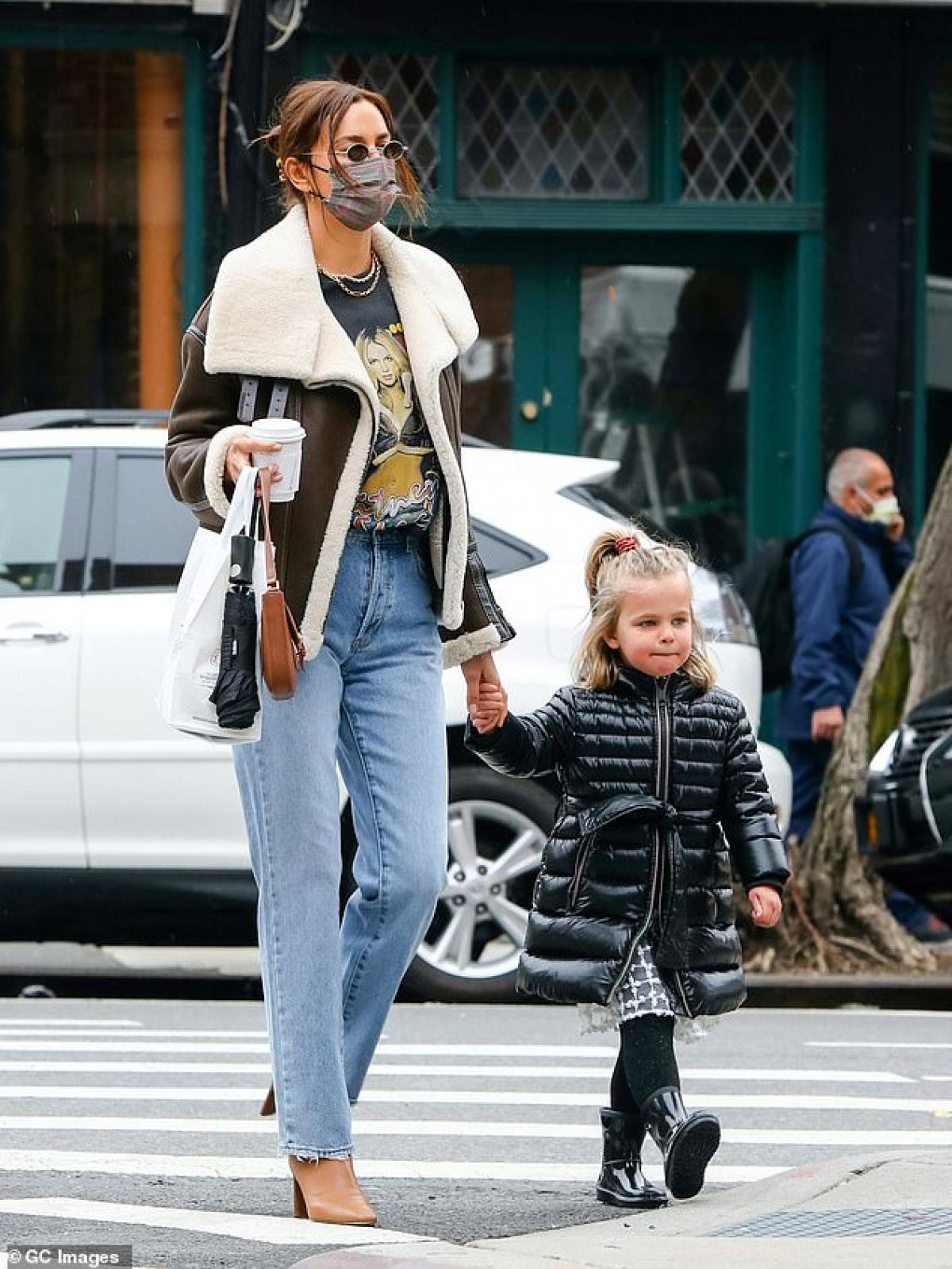 Irina Shayk diện áo phông in hình Britney Spears đi chơi cùng con gái cưng Ảnh 3
