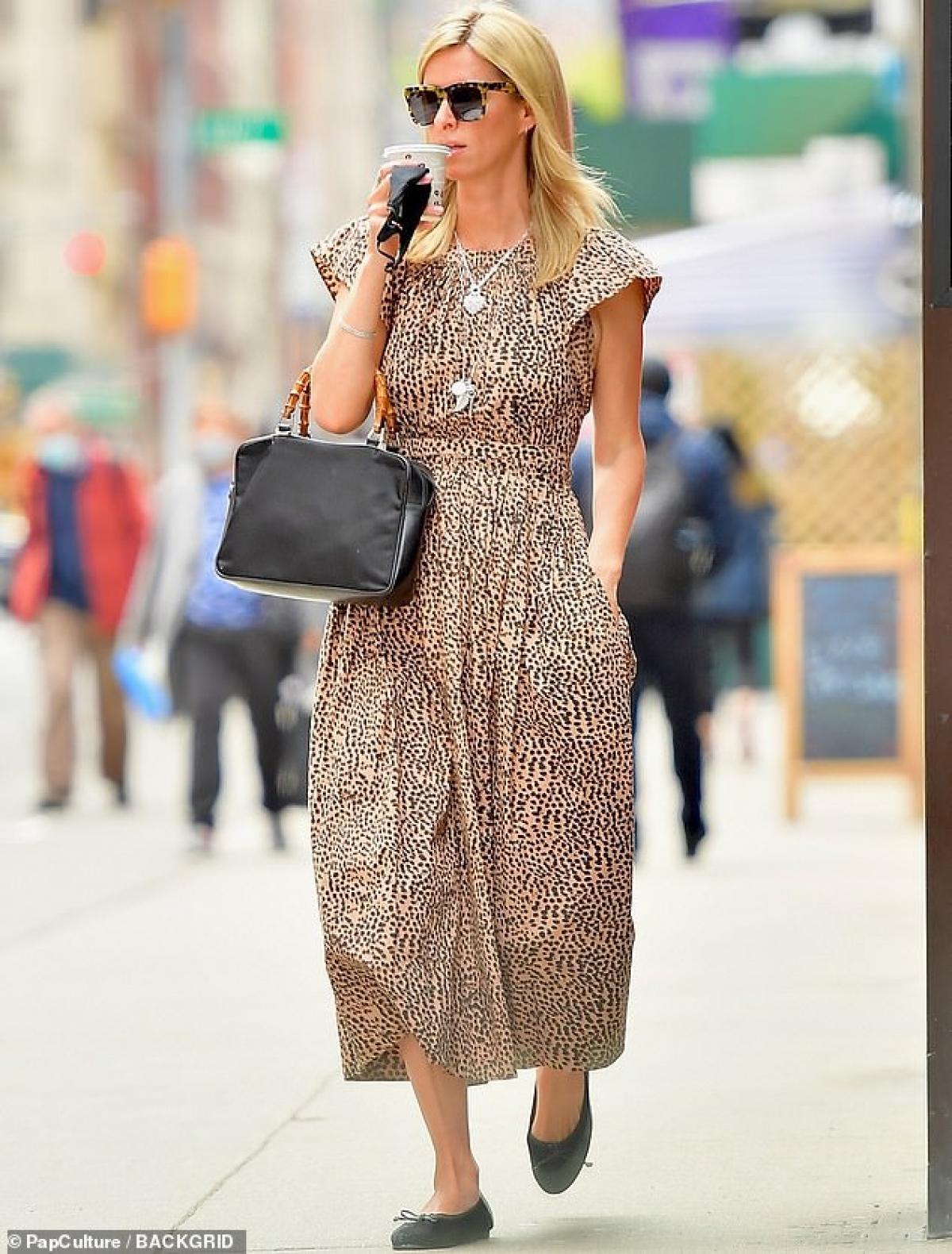 Em gái Paris Hilton thưởng thức cafe nóng hổi khi đi dạo phố Ảnh 2