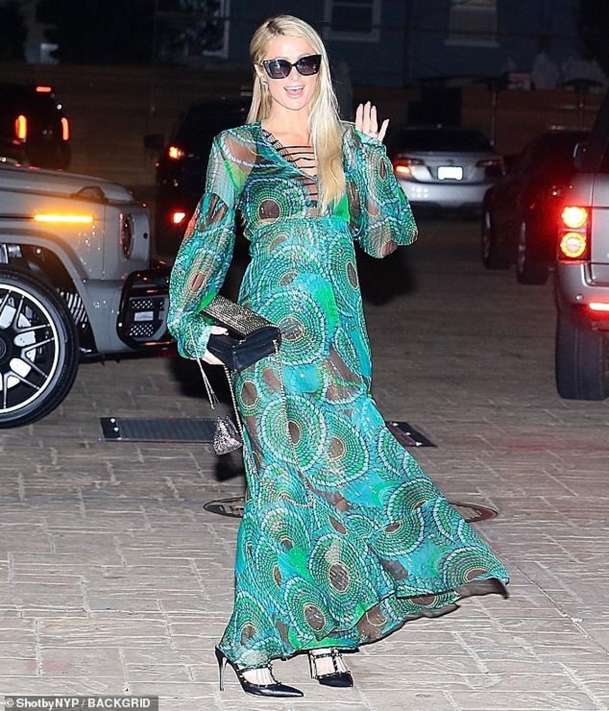 Em gái Paris Hilton thưởng thức cafe nóng hổi khi đi dạo phố Ảnh 6