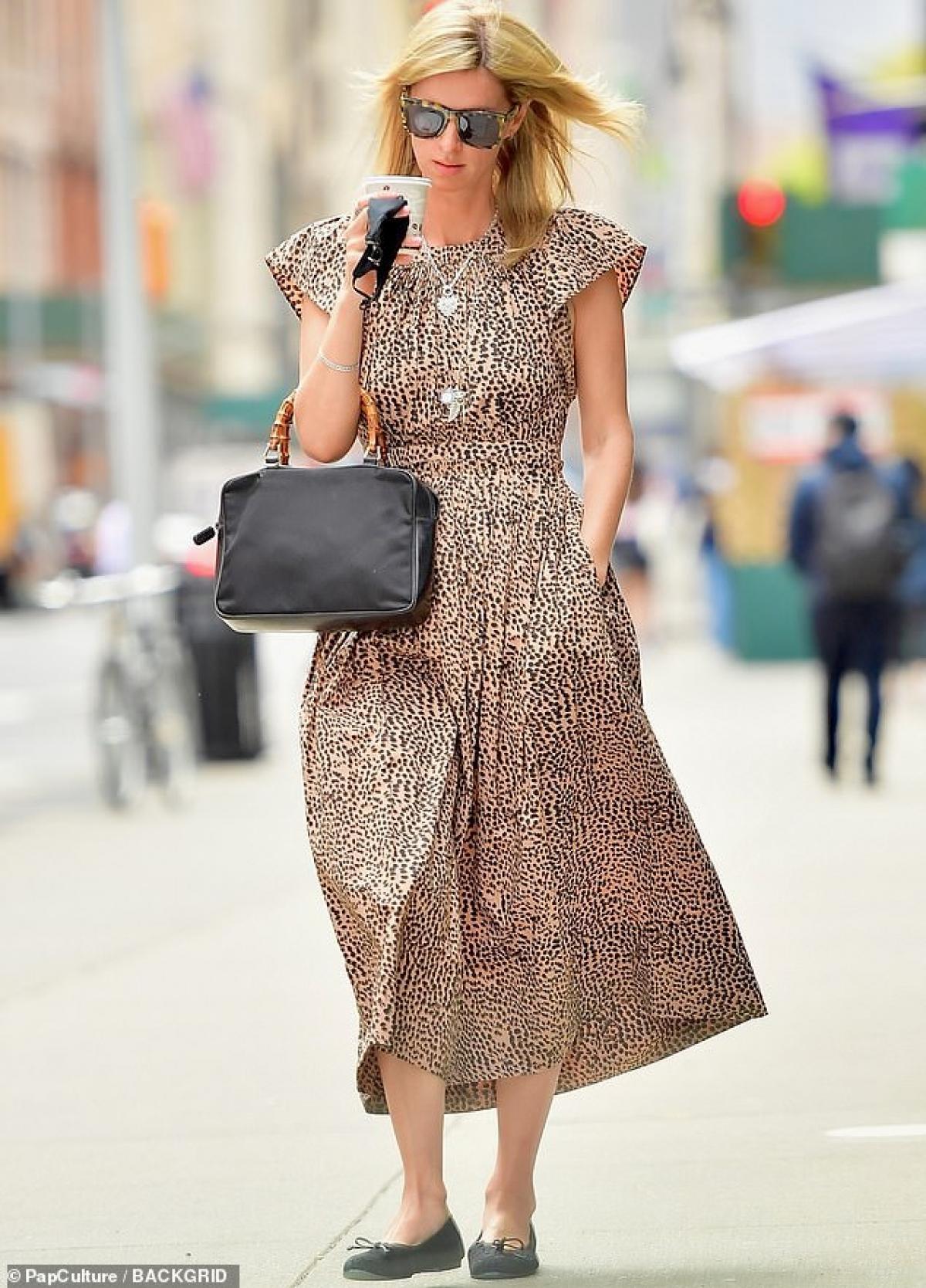 Em gái Paris Hilton thưởng thức cafe nóng hổi khi đi dạo phố Ảnh 3
