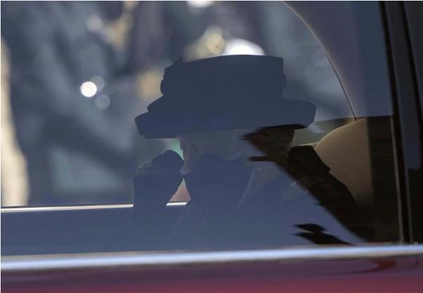 Lời tạm biệt cuối cùng: Bóng dáng cô độc của Nữ hoàng, xe ngựa chẳng còn Hoàng thân Philip Ảnh 1