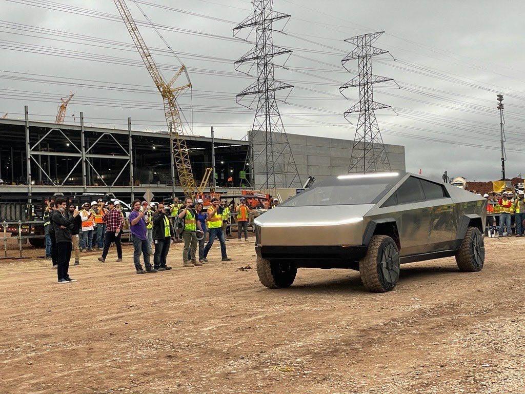 Elon Musk lái Cybertruck đến nhà máy Tesla ở Texas Ảnh 1