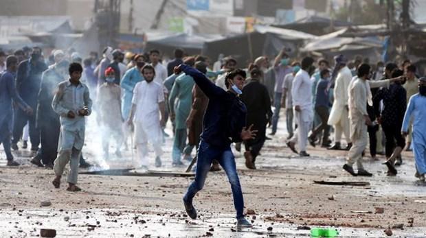 Đụng độ dữ dội tại Pakistan, 6 cảnh sát bị bắt làm con tin Ảnh 1