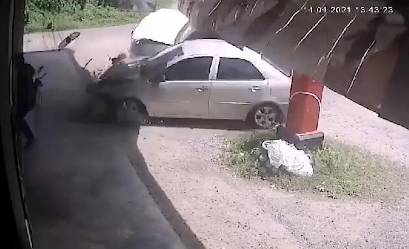 Lexus LX 470 mất lái đâm tan nát chiếc ô tô đỗ bên đường Ảnh 1