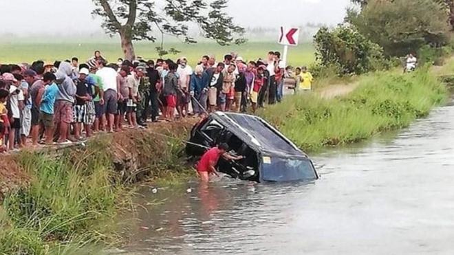 Ô tô lao đầu xuống kênh, 13 người thiệt mạng Ảnh 1