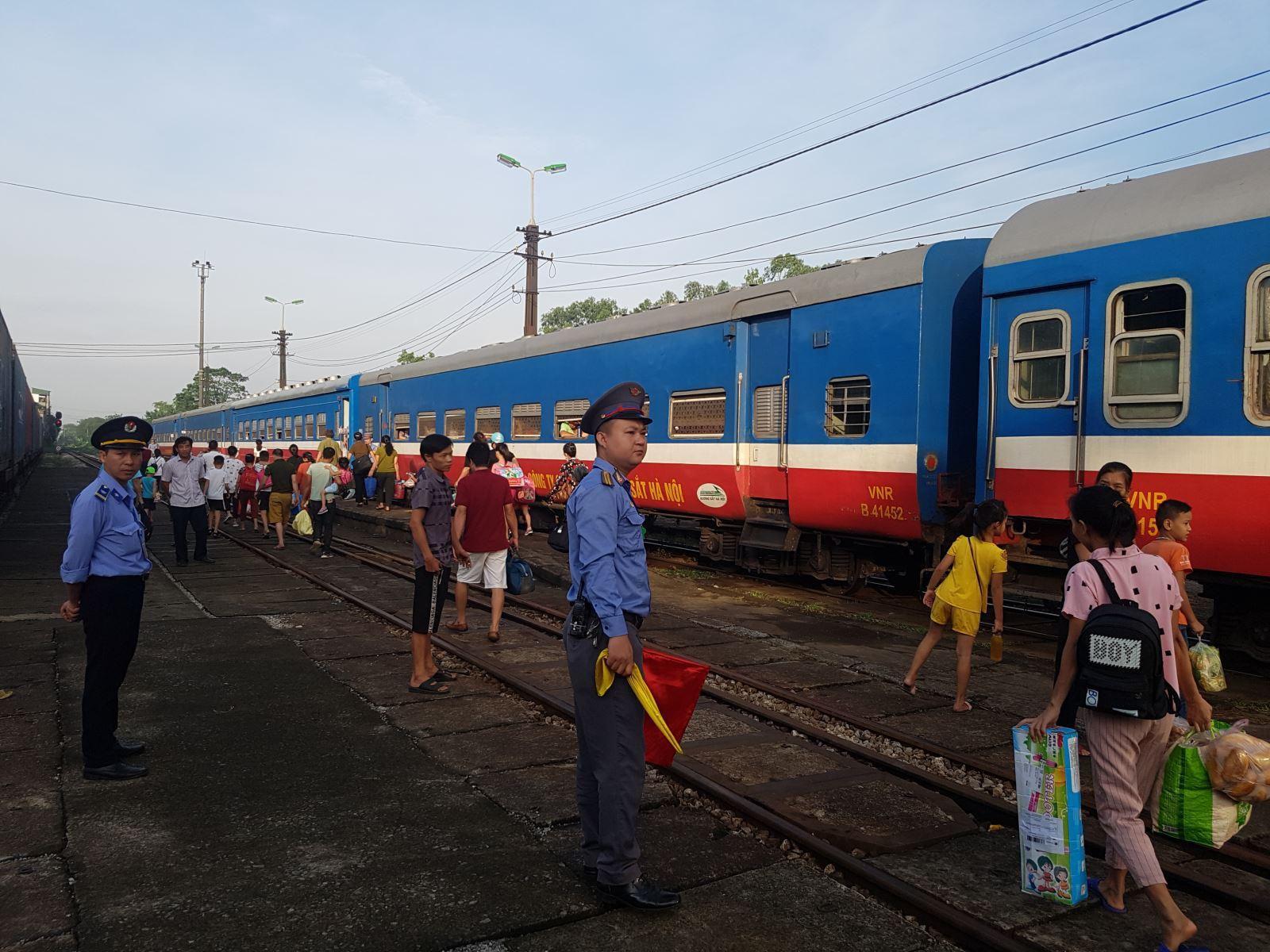 Đường sắt tăng cường 55 đoàn tàu khách phục vụ dịp nghỉ lễ 30/4 - 1/5 Ảnh 1