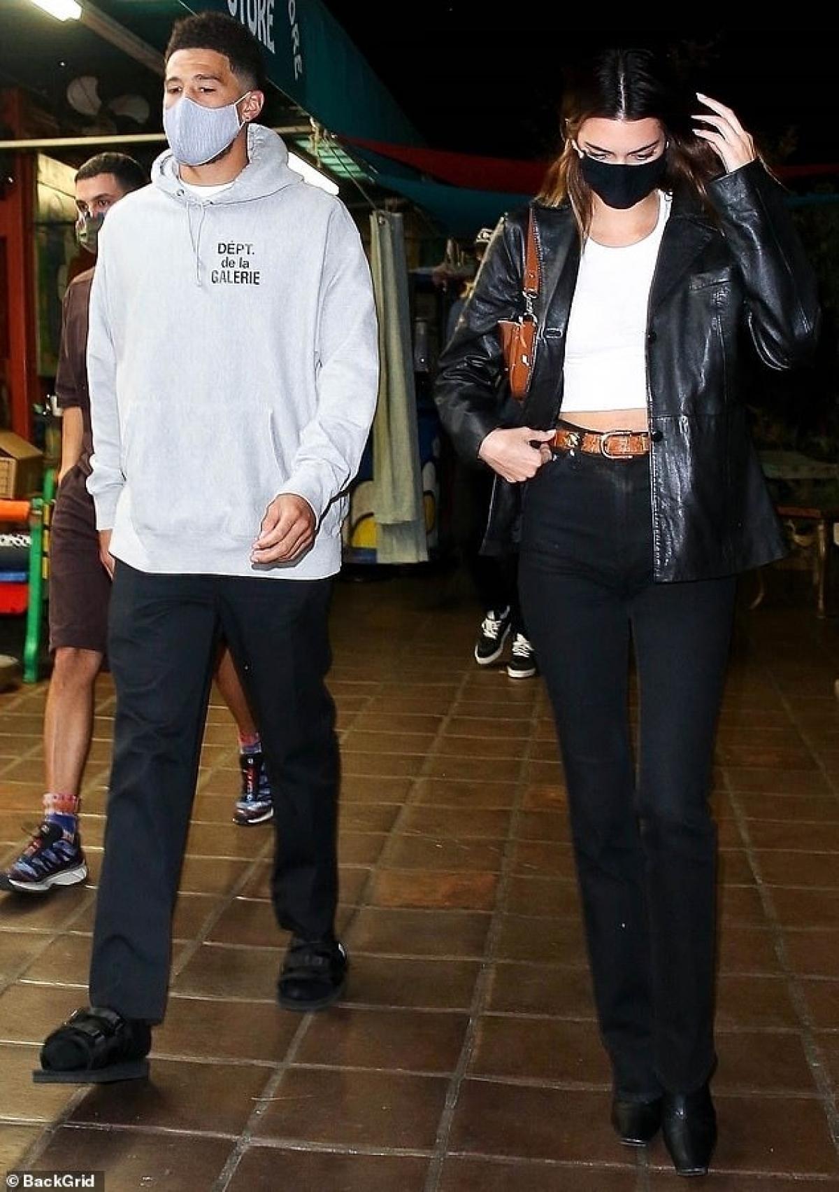 Kendall Jenner gợi cảm đi ăn tối cùng bạn thân Ảnh 7