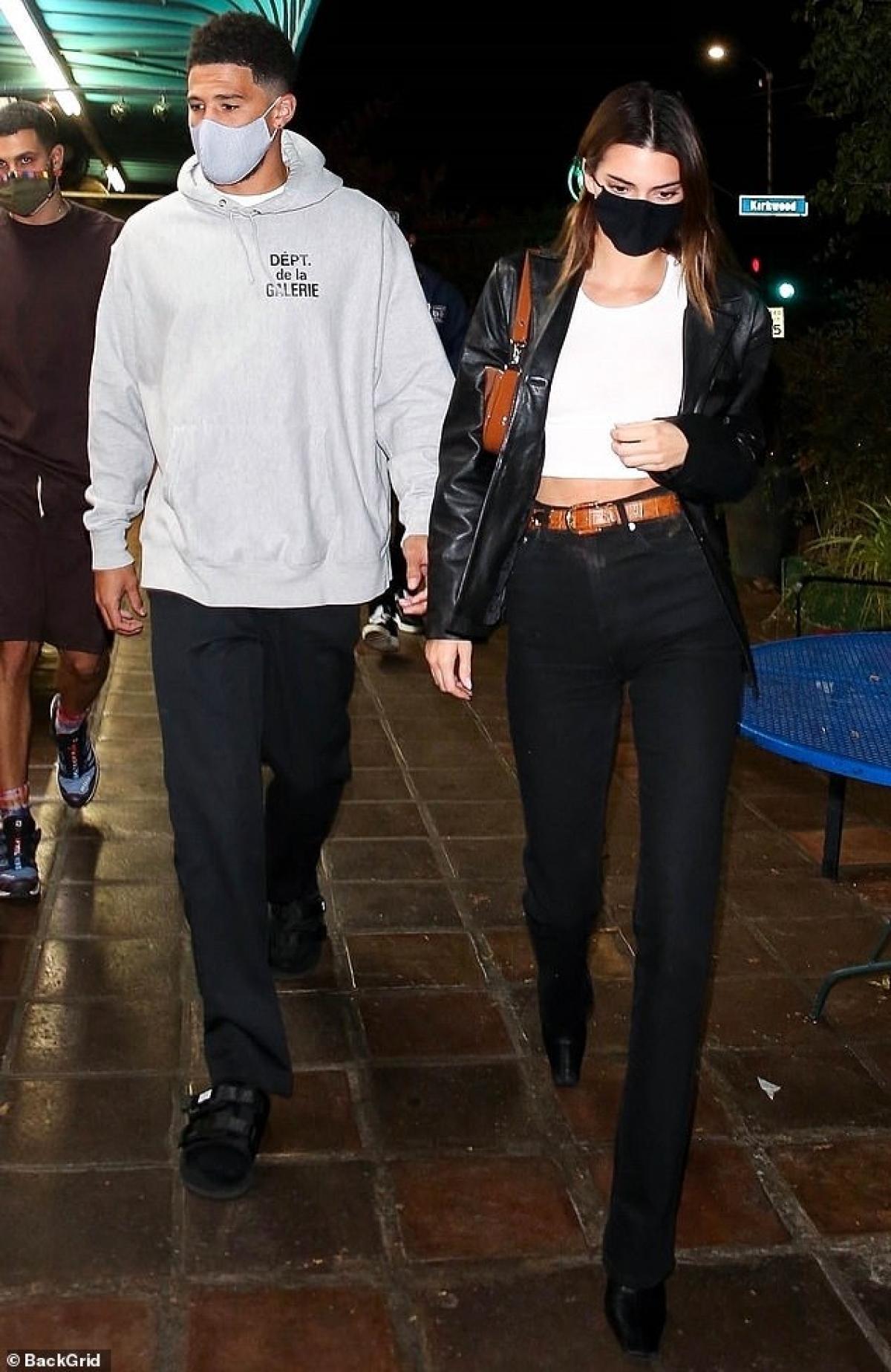 Kendall Jenner gợi cảm đi ăn tối cùng bạn thân Ảnh 6