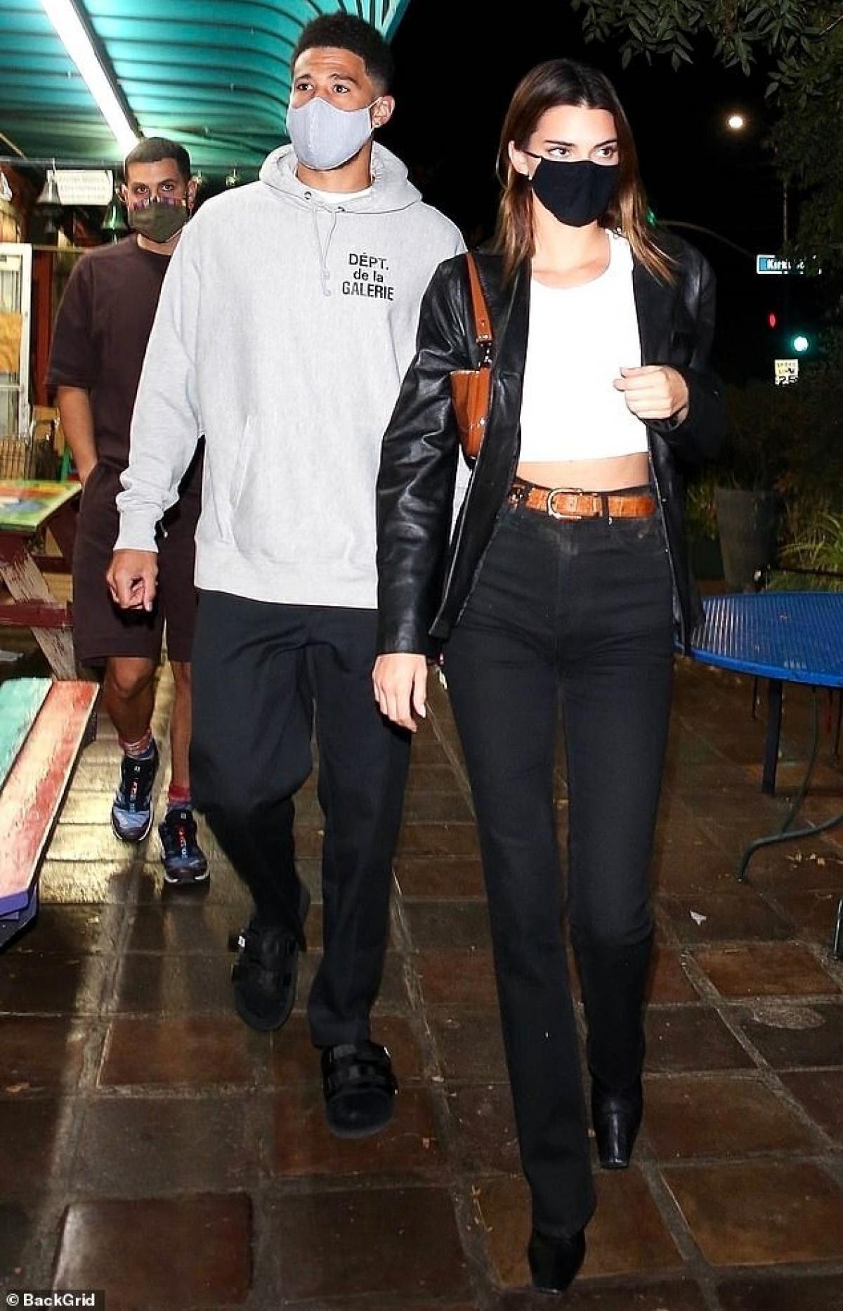 Kendall Jenner gợi cảm đi ăn tối cùng bạn thân Ảnh 5