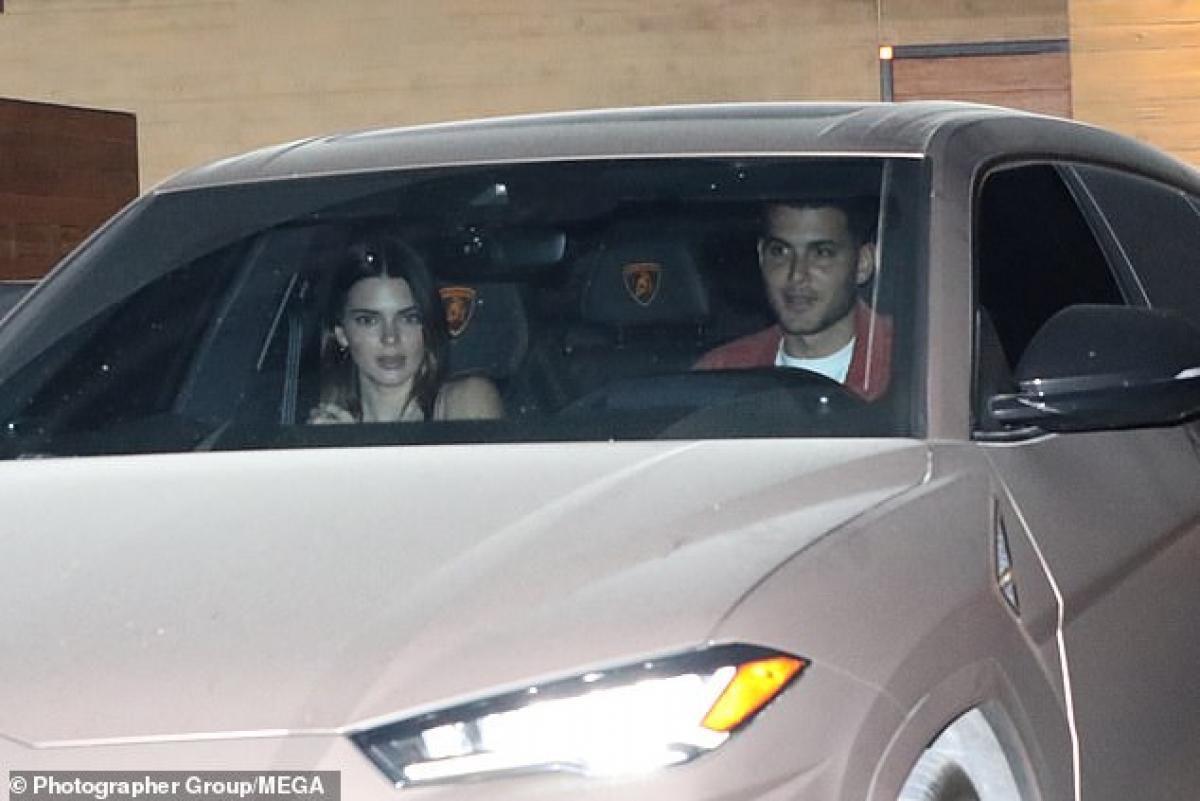 Kendall Jenner gợi cảm đi ăn tối cùng bạn thân Ảnh 1
