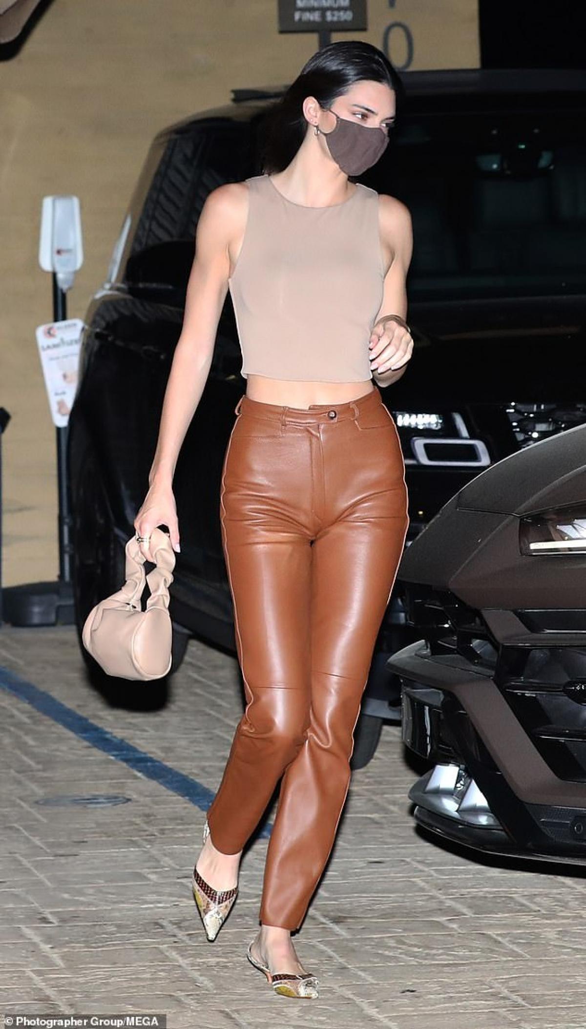 Kendall Jenner gợi cảm đi ăn tối cùng bạn thân Ảnh 2