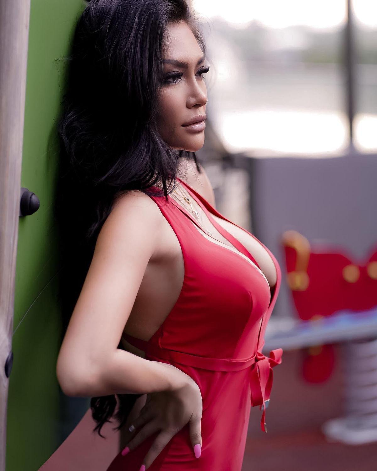 Nữ hoàng lấp lánh Showbiz Việt Trisha Vũ 'đốt cháy' màn hình bằng đường cong nảy lửa Ảnh 3
