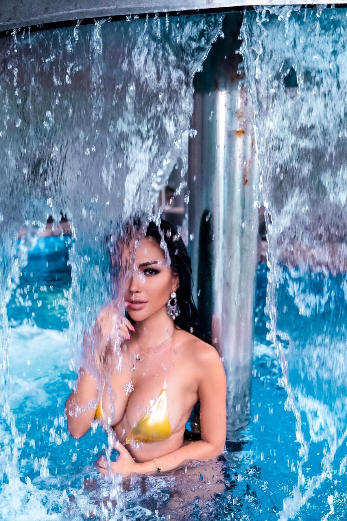 Nữ hoàng lấp lánh Showbiz Việt Trisha Vũ 'đốt cháy' màn hình bằng đường cong nảy lửa Ảnh 8