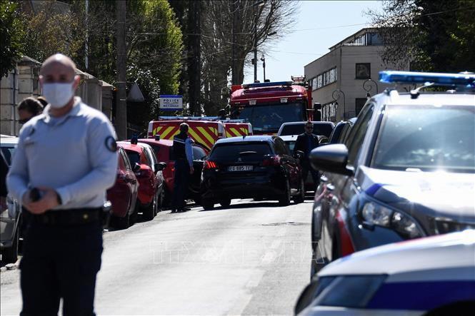 Không loại trừ động cơ khủng bố trong vụ tấn công bằng dao gần Paris Ảnh 1