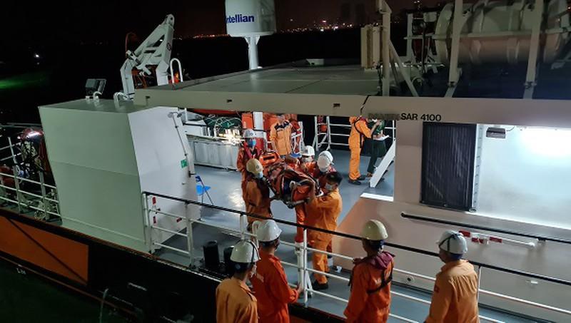 Xuyên đêm cứu 2 ngư dân bị tai nạn lao động trên biển Ảnh 1