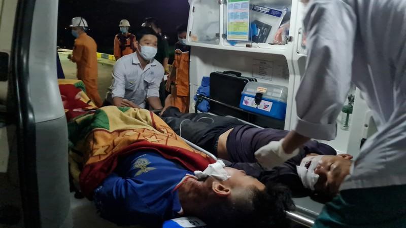 Xuyên đêm cứu 2 ngư dân bị tai nạn lao động trên biển Ảnh 4