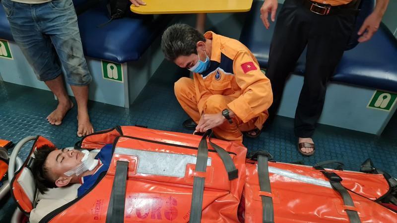 Xuyên đêm cứu 2 ngư dân bị tai nạn lao động trên biển Ảnh 2