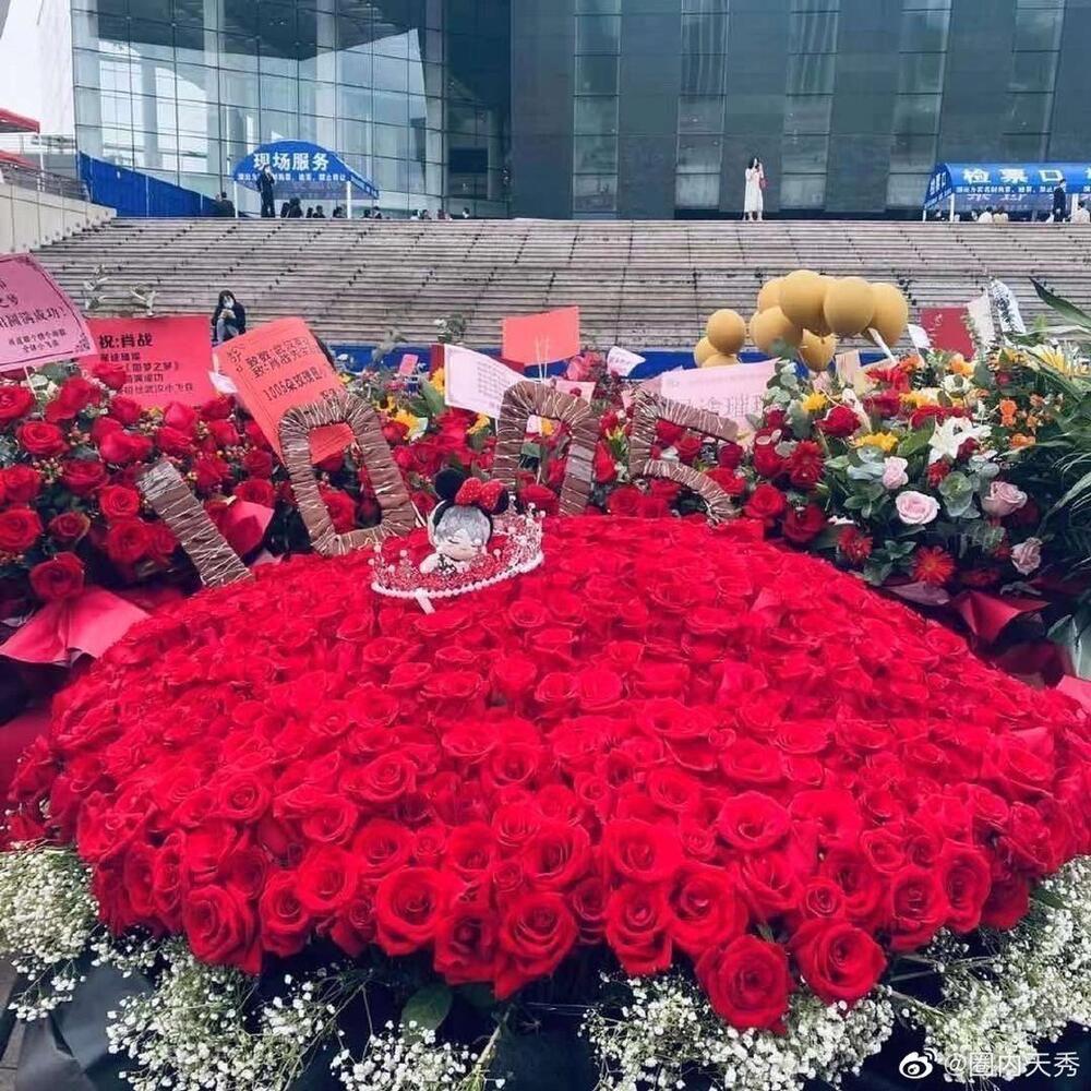Một 'rừng hoa' của fan gửi trước nhà hát để chúc mừng Tiêu Chiến với vai diễn thành công rực rỡ Ảnh 7