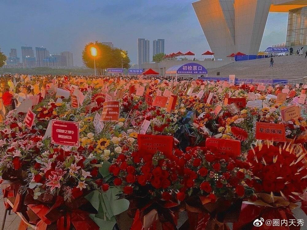 Một 'rừng hoa' của fan gửi trước nhà hát để chúc mừng Tiêu Chiến với vai diễn thành công rực rỡ Ảnh 15