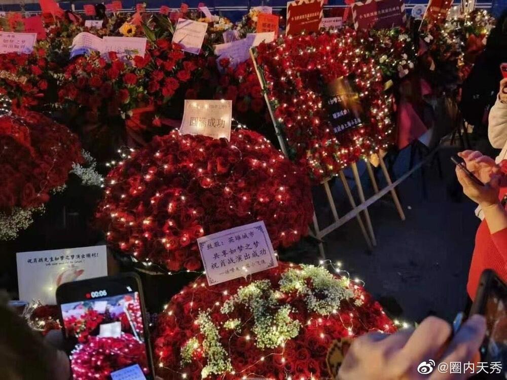 Một 'rừng hoa' của fan gửi trước nhà hát để chúc mừng Tiêu Chiến với vai diễn thành công rực rỡ Ảnh 13