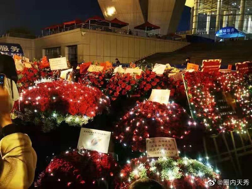 Một 'rừng hoa' của fan gửi trước nhà hát để chúc mừng Tiêu Chiến với vai diễn thành công rực rỡ Ảnh 14