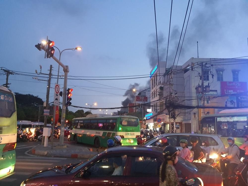 TP.HCM: Cháy nhà mặt tiền đường Lý Thường Kiệt, ùn tắc giao thông nghiêm trọng Ảnh 6