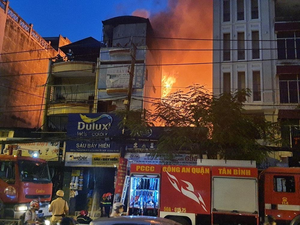 TP.HCM: Cháy nhà mặt tiền đường Lý Thường Kiệt, ùn tắc giao thông nghiêm trọng Ảnh 2