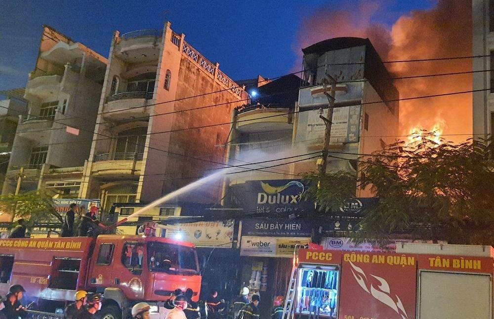 TP.HCM: Cháy nhà mặt tiền đường Lý Thường Kiệt, ùn tắc giao thông nghiêm trọng Ảnh 3