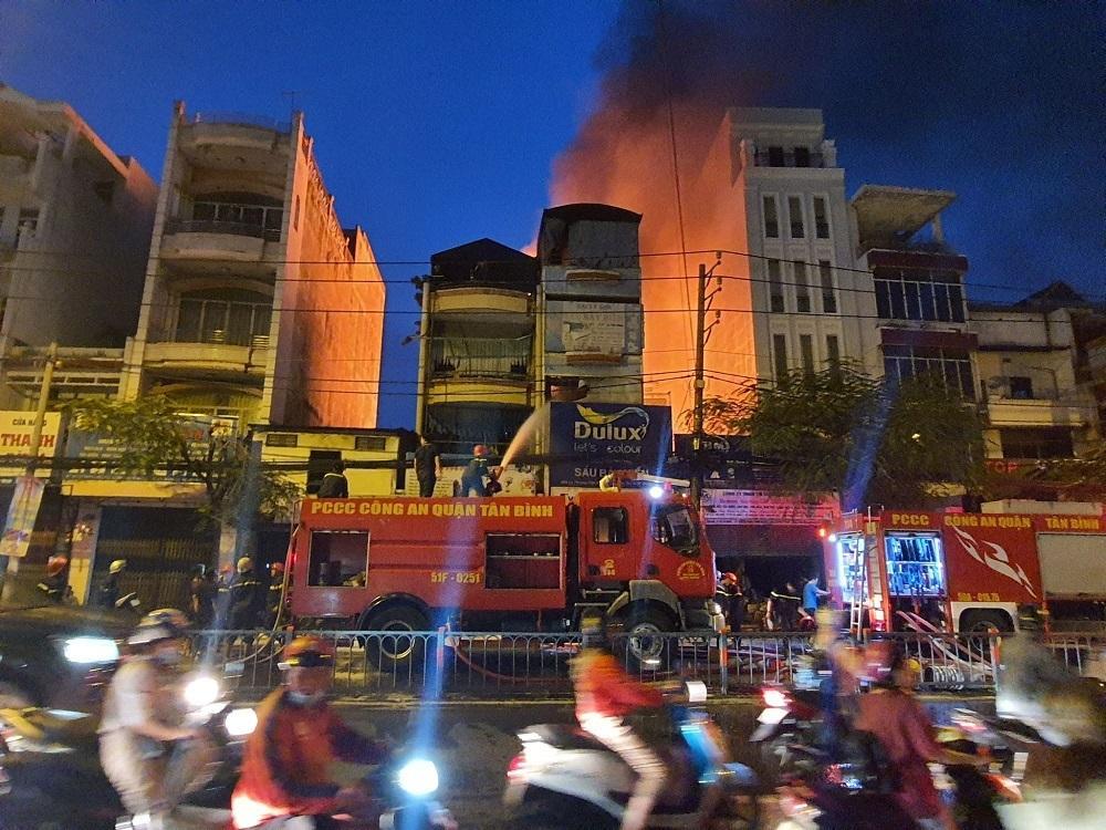 TP.HCM: Cháy nhà mặt tiền đường Lý Thường Kiệt, ùn tắc giao thông nghiêm trọng Ảnh 4