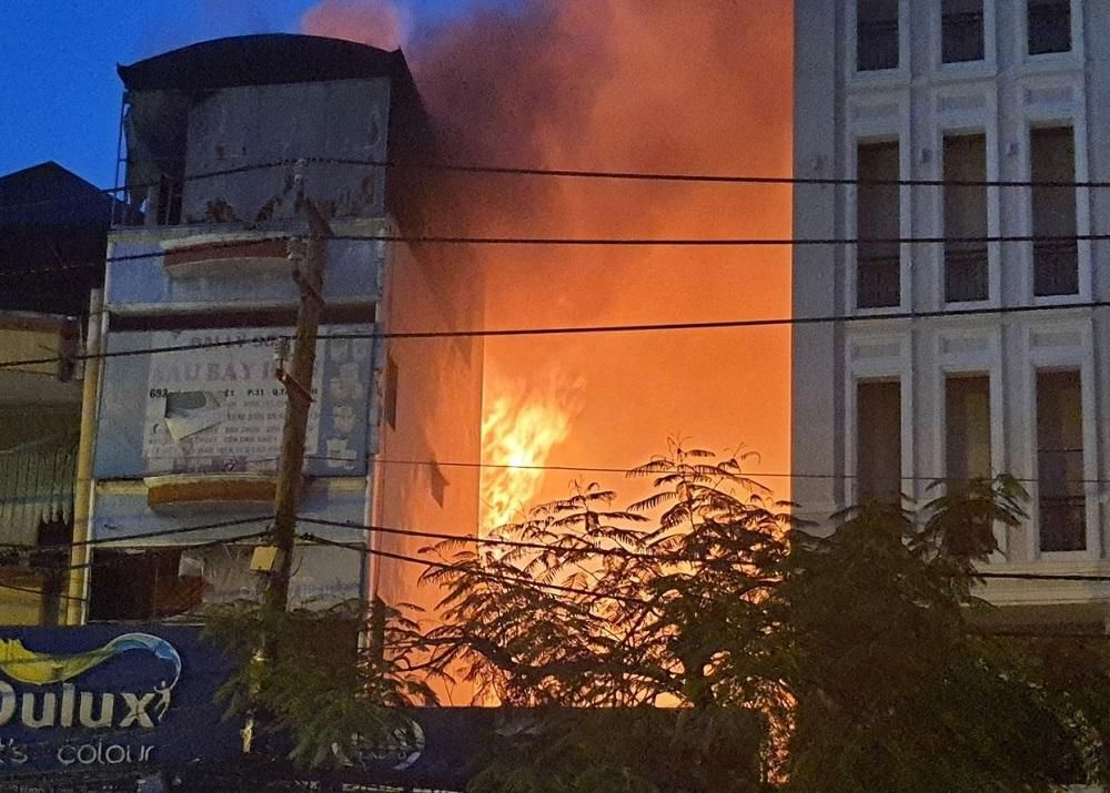 TP.HCM: Cháy nhà mặt tiền đường Lý Thường Kiệt, ùn tắc giao thông nghiêm trọng Ảnh 1