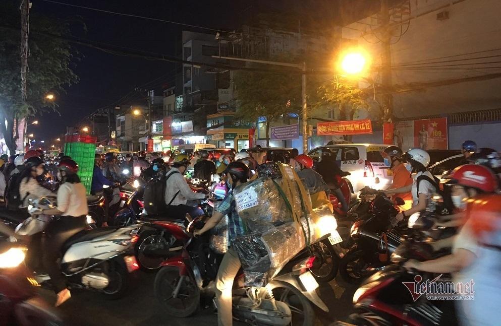 TP.HCM: Cháy nhà mặt tiền đường Lý Thường Kiệt, ùn tắc giao thông nghiêm trọng Ảnh 7