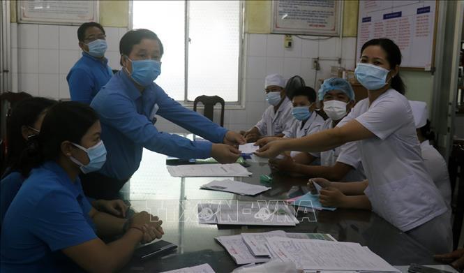 Tặng quà công nhân, viên chức, lao động làm việc trong ngày Quốc tế Lao động 1-5 Ảnh 1