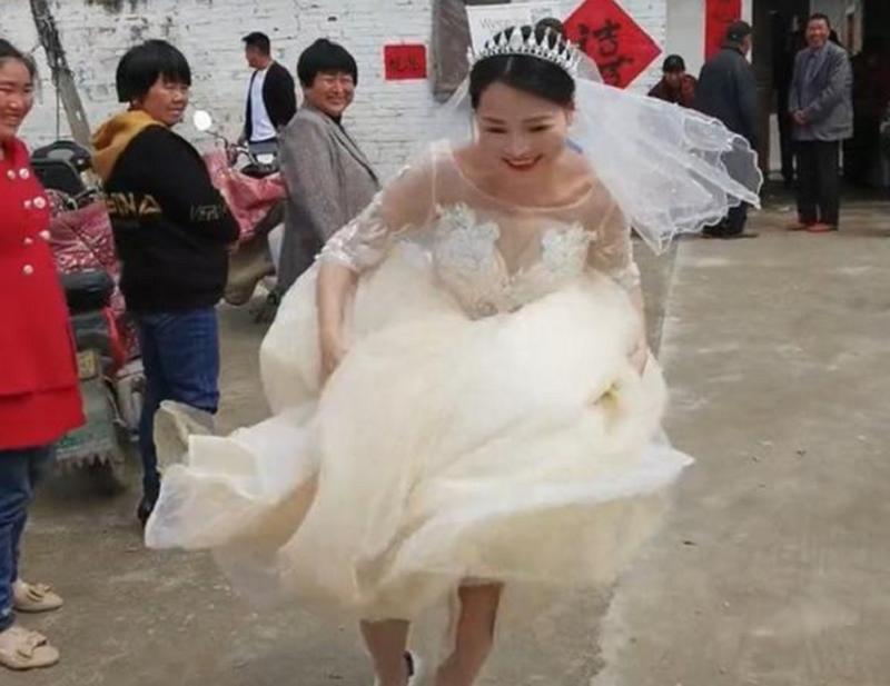 Phấn khích 34 tuổi thoát ế, cô dâu hành động khiến dân tình thích thú Ảnh 2