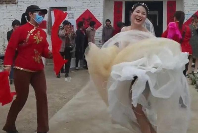 Phấn khích 34 tuổi thoát ế, cô dâu hành động khiến dân tình thích thú Ảnh 1