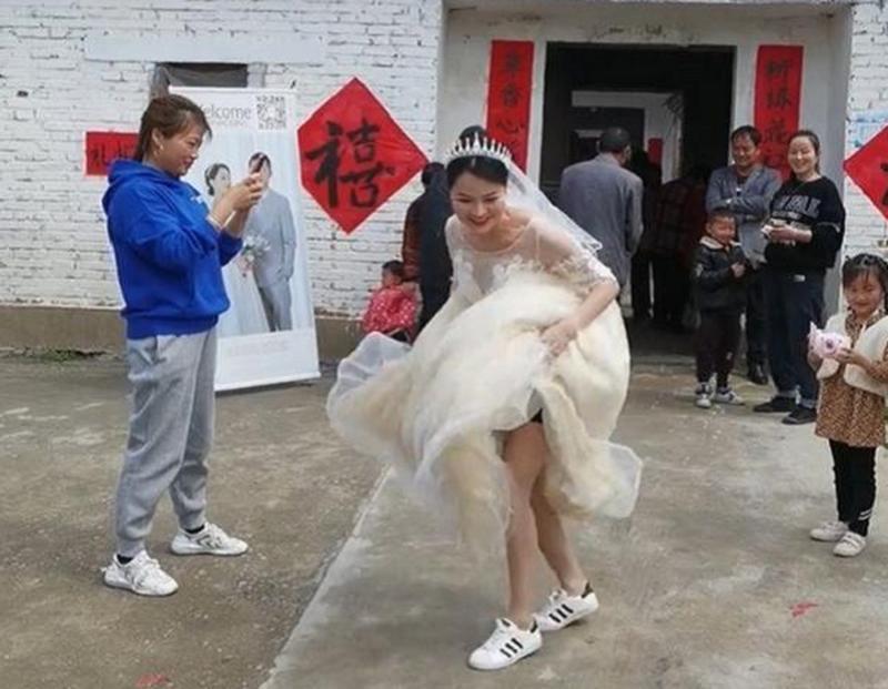 Phấn khích 34 tuổi thoát ế, cô dâu hành động khiến dân tình thích thú Ảnh 3