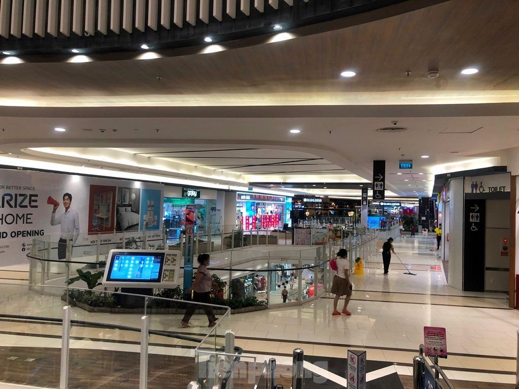 Trung tâm thương mại ở TPHCM 'vắng lặng' những ngày nghỉ lễ Ảnh 6