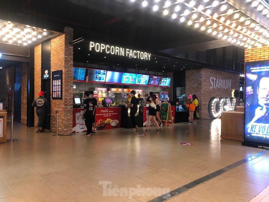Trung tâm thương mại ở TPHCM 'vắng lặng' những ngày nghỉ lễ Ảnh 13