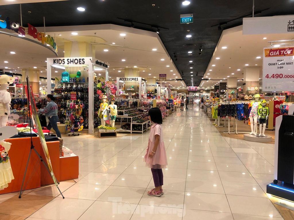 Trung tâm thương mại ở TPHCM 'vắng lặng' những ngày nghỉ lễ Ảnh 10