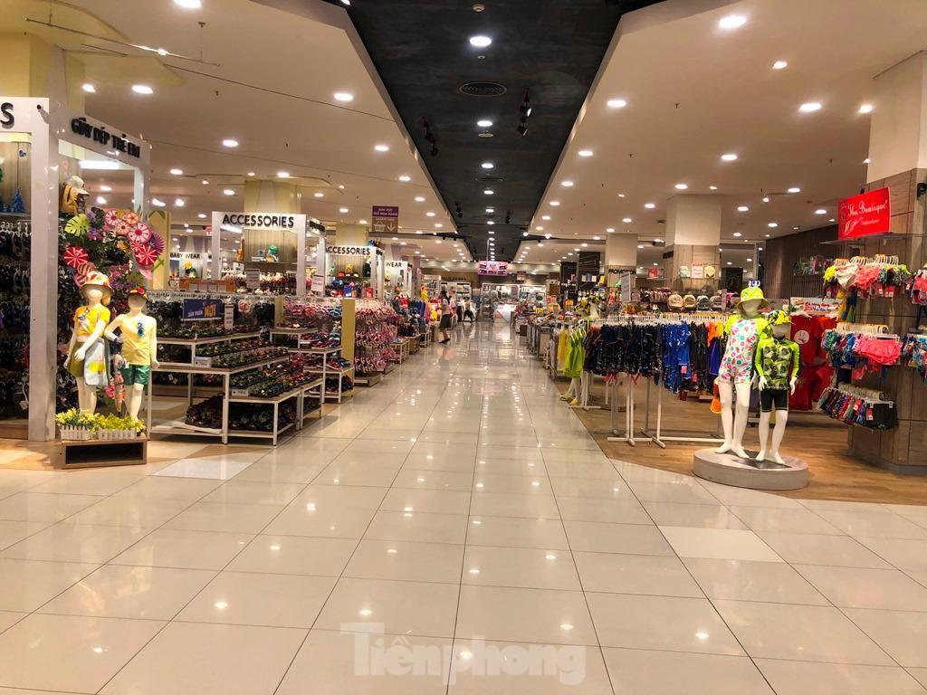 Trung tâm thương mại ở TPHCM 'vắng lặng' những ngày nghỉ lễ Ảnh 2