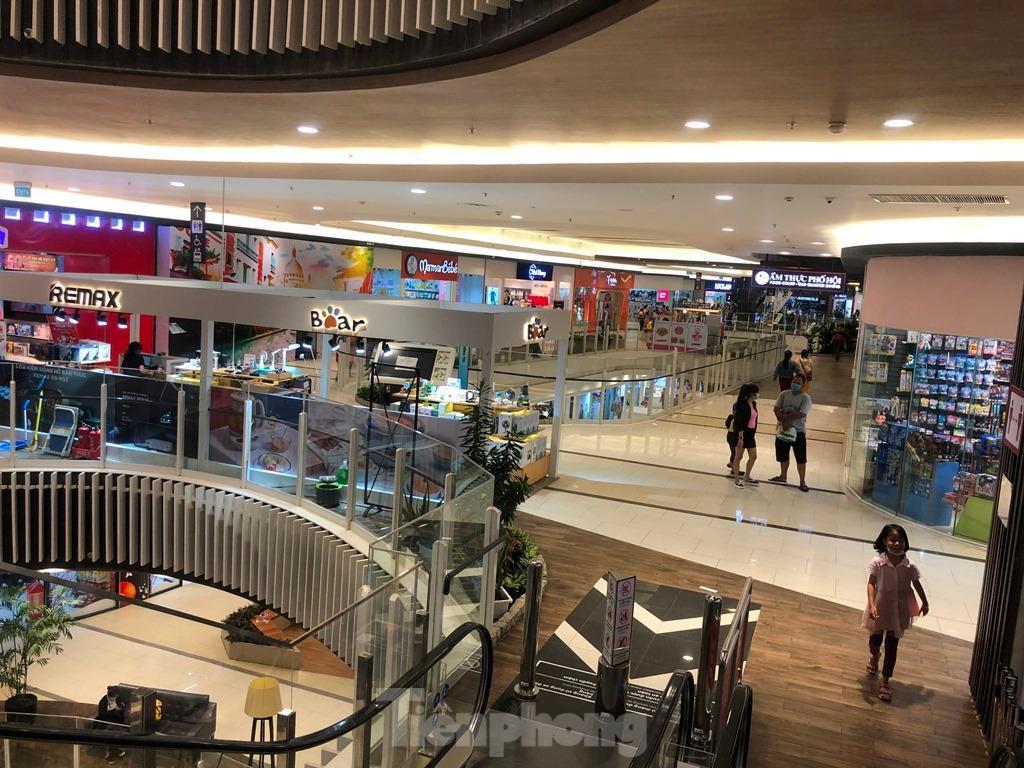 Trung tâm thương mại ở TPHCM 'vắng lặng' những ngày nghỉ lễ Ảnh 14