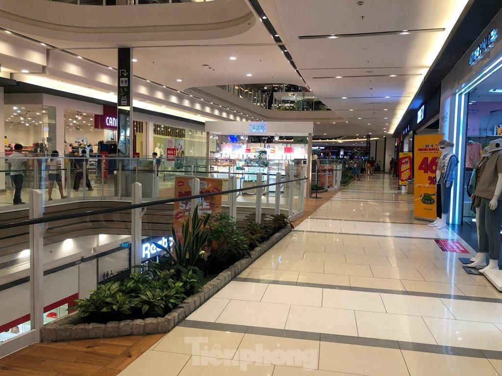 Trung tâm thương mại ở TPHCM 'vắng lặng' những ngày nghỉ lễ Ảnh 5