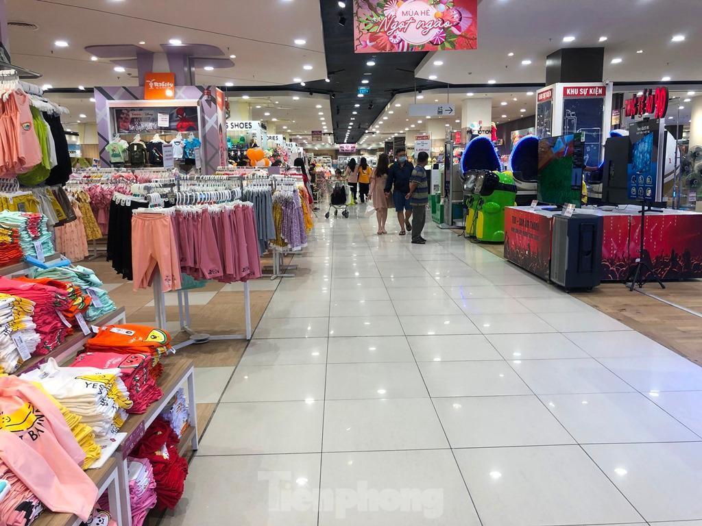 Trung tâm thương mại ở TPHCM 'vắng lặng' những ngày nghỉ lễ Ảnh 9