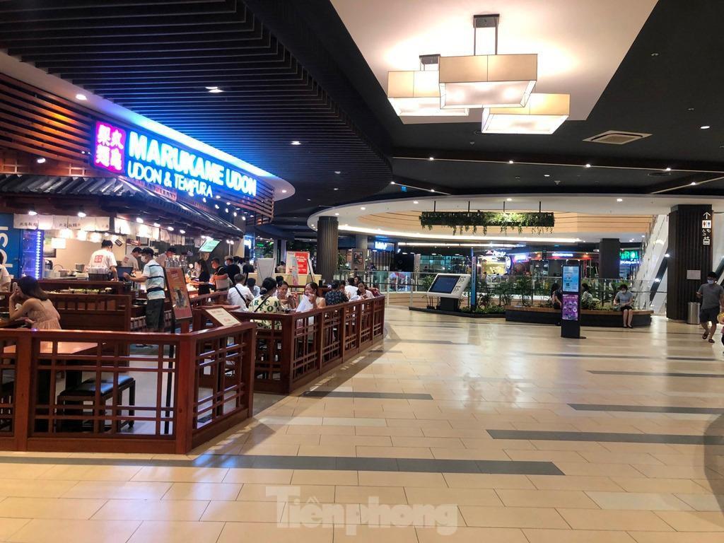 Trung tâm thương mại ở TPHCM 'vắng lặng' những ngày nghỉ lễ Ảnh 7