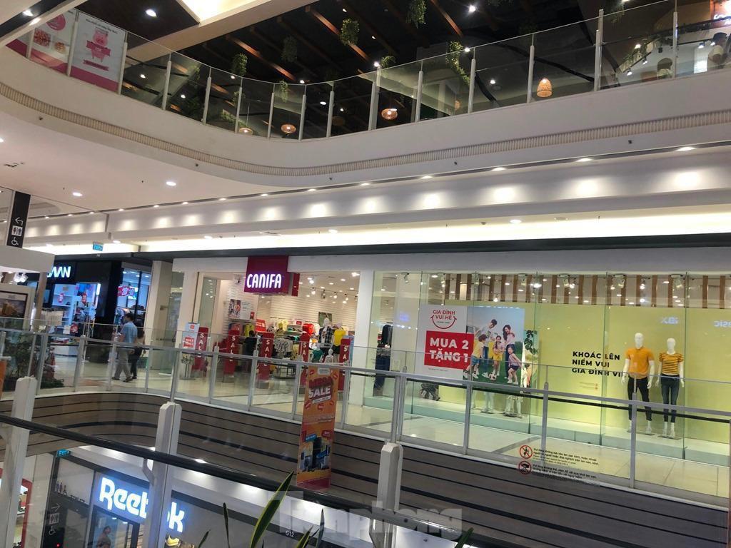 Trung tâm thương mại ở TPHCM 'vắng lặng' những ngày nghỉ lễ Ảnh 4